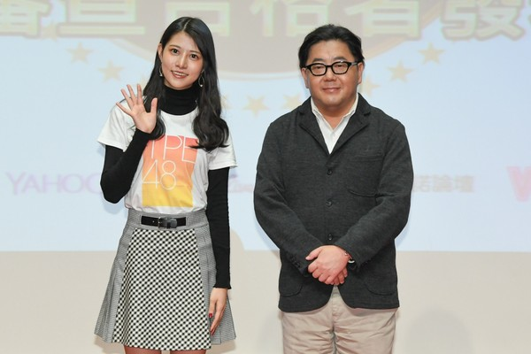 ▲AKB48 Group總製作人秋元康,與自AKB48移籍TPE48的阿部瑪利亞。(圖/紅杉娛樂提供)