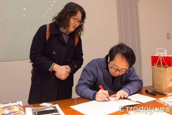 圖七:小幡公春漫畫創作經歷豐富,此次台日漫畫家交流會也獻上親筆簽名作品,為雙方留下深刻回憶。(圖/世新大學提供)