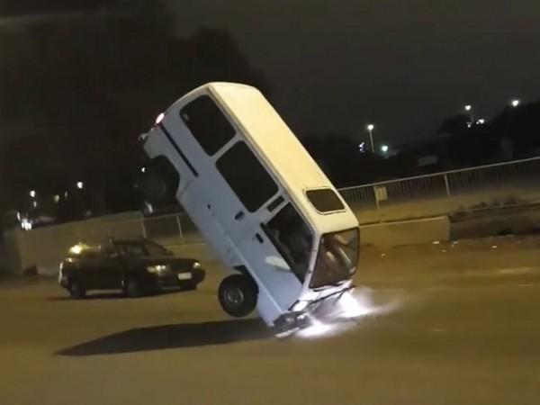 紐西蘭基督城 Facebook: 高速急煞!紐西蘭貨車「翹尾」45度 四輪全離地