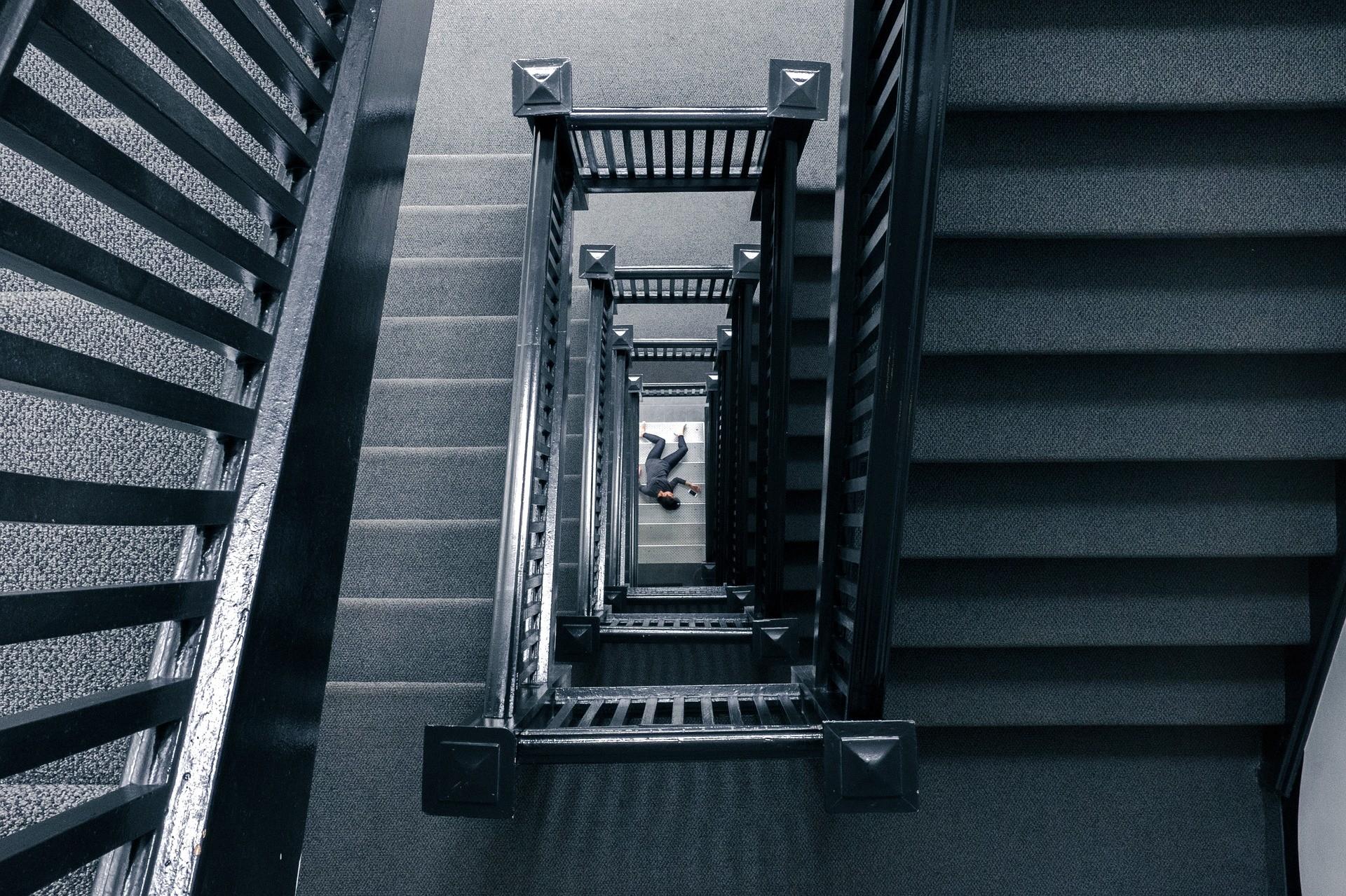 自殺,跳樓,樓梯,樓梯間,憂鬱,壓力(圖/取自pixabay)
