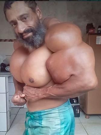 ▲自從塞加托開始注射合成藥劑,身上的肌肉開始脹大。        。(圖/翻攝自instagram/valdir_synthol_)