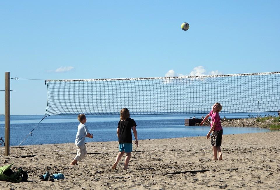 ▲▼沙灘排球,海灘排球,海邊,沙灘,玩水,小孩(圖/取自免費圖庫pixabay頁)