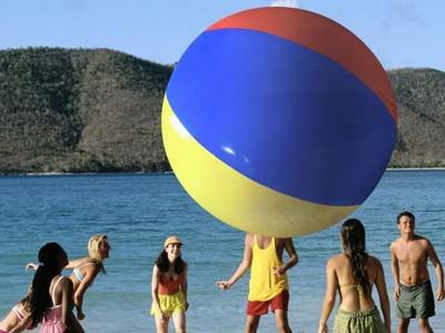 網購3.6m超巨沙灘球!光充氣就花2小時 風一吹失速撞翻泳客