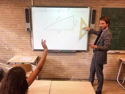 肌肉線條超完美!「最性感數學老師」,當年有他我就不會被當了