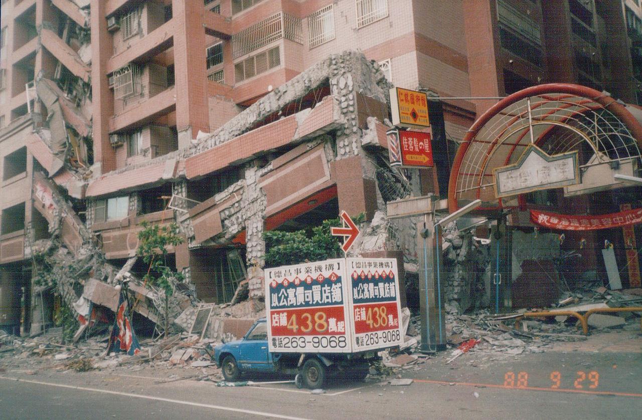 ▲921大地震,921地震,台中市南區「德昌新世界」大樓塌陷。(圖/翻攝自維基百科/David 75610作品)