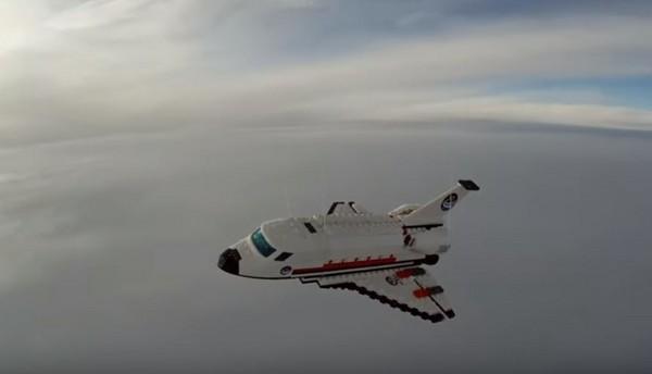 ▲樂高太空梭攀升三萬五千米 拍下「宇宙奇景」。(圖/翻攝自YouTube/Raul Oaida)