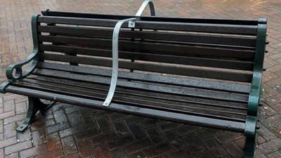 公園長椅裝鐵架「禁遊民躺平」 2萬人嗆英國市議會:到底礙到誰?