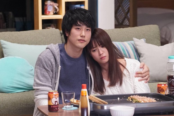 ▲▼松山研一和深田恭子扮演不孕夫婦,貼心寵妻的舉動被讚爆。(圖/翻攝自推特)