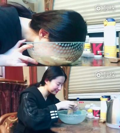 ▲劉亦菲整個臉栽進去洗。(圖/翻攝自劉亦菲微博)