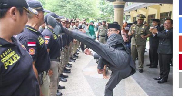 ▲▼印尼一位市長用飛踢來驗收糾察隊員。(圖/翻攝自tribunnews)