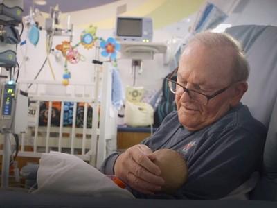 天字第一號阿公!82歲「ICU爺爺」 懷抱治癒無數早產兒