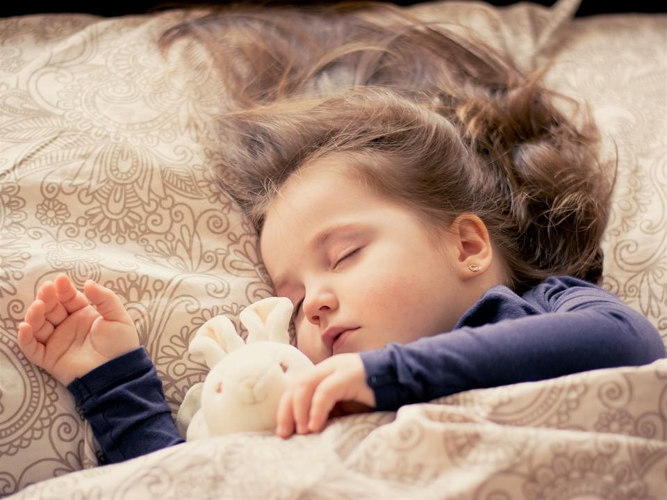 ▲▼發燒,女童,睡覺,示意圖。(圖/以CC0原則取用,取自 Pixabay。)