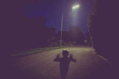 多年前自殺…地主靈徘徊不肯走 衰路人亂停車一握車門就被電