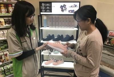 超商店員還要賣鞋!全家竟開賣「獨賣鞋款」 首月熱銷破千雙