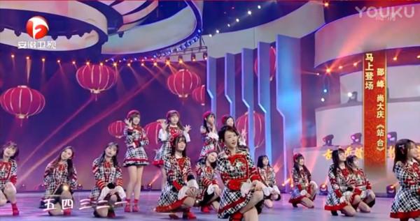 ▲▼48成員合體登場,連唱4首新年歌曲,散發青春氣息。(圖/翻攝自《安徽衛視》直播)