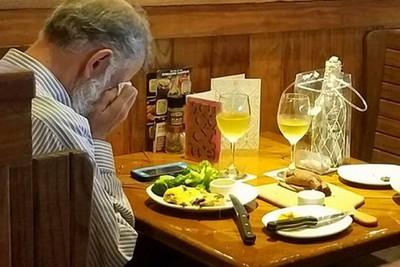 他帶妻子骨灰過情人節 獨坐痛哭