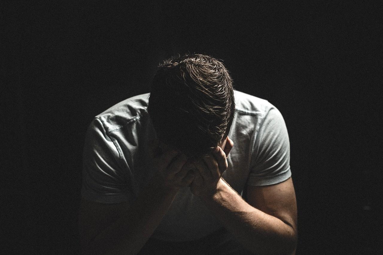 ▲▼男子,黑暗,陰影,傷心,哭(圖/pixabay)