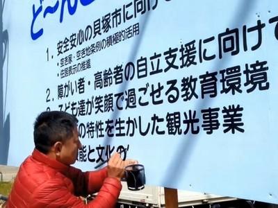 手寫字像「電腦印的」!看板畫職人自拍嘆:我恐怕是最後一代