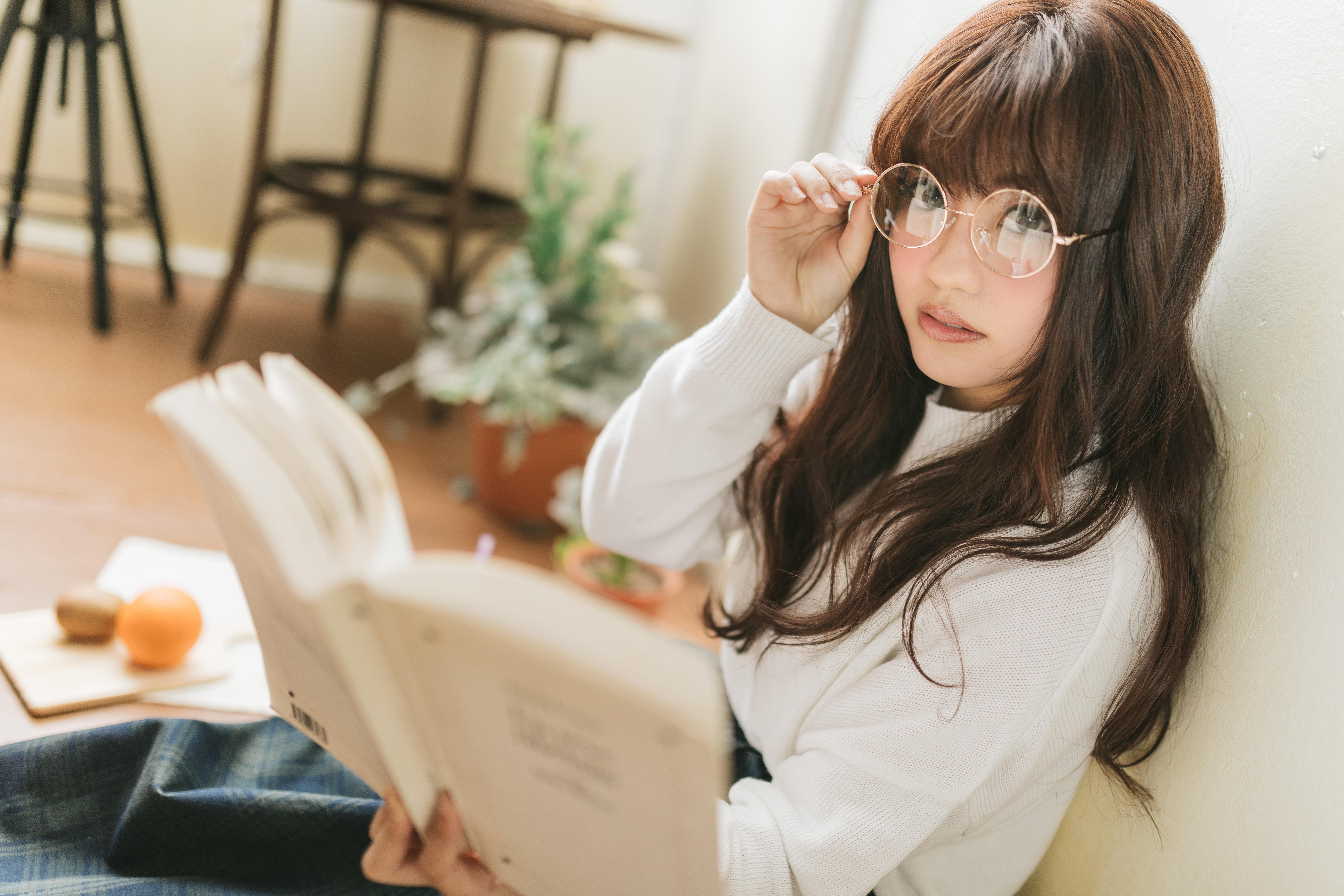 ▲▼老師,正妹,教師,眼鏡,女,書,看書。(圖/翻攝自pakutaso)