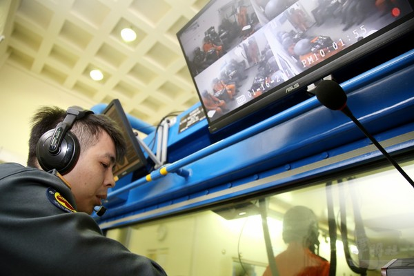 航空生理訓練各項儀器都是屬於高風險課目,在訓練時均確遵風險管控機制,達到訓練零危安目標。(圖/軍聞社)