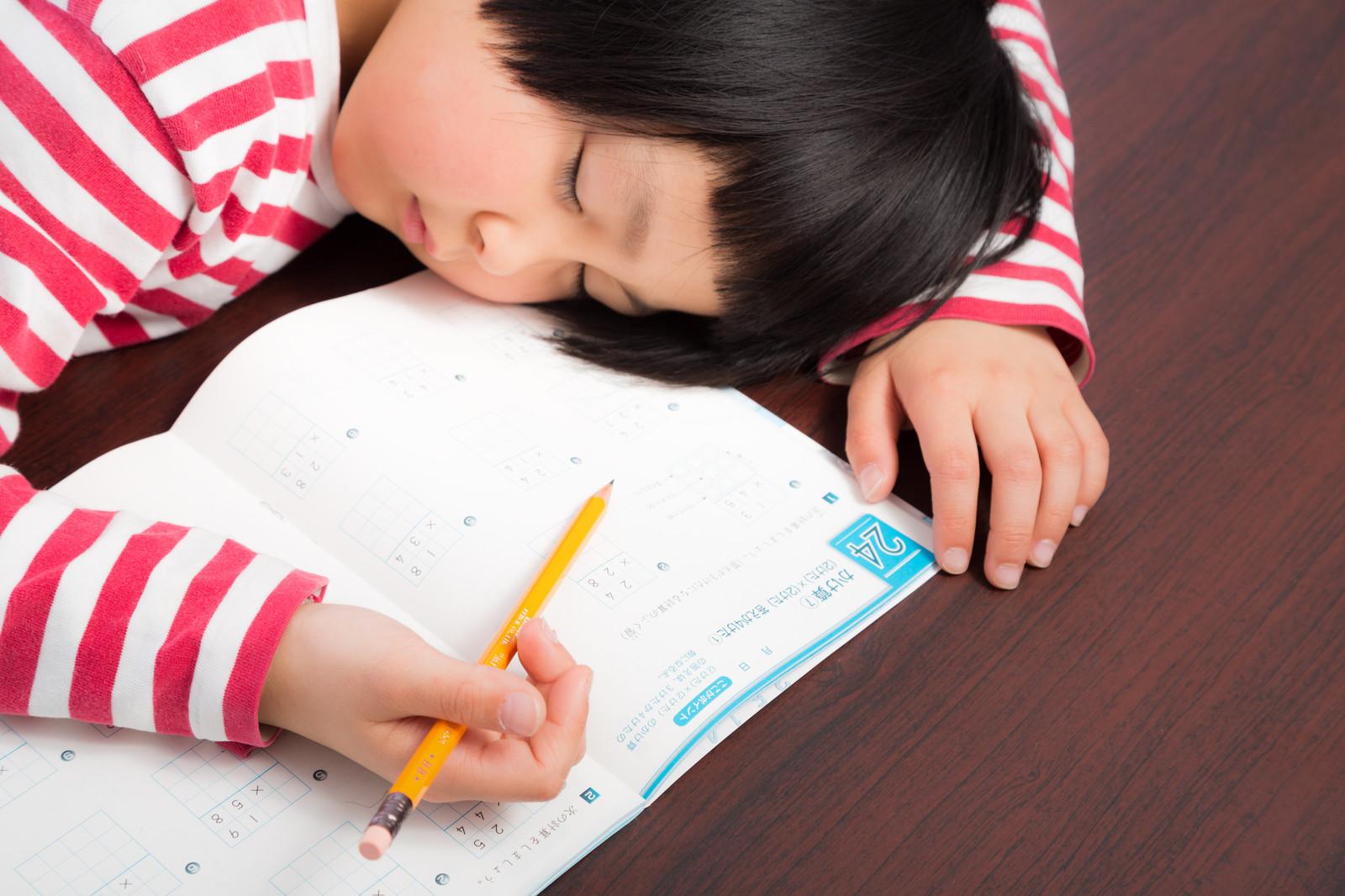 ▲學生,打瞌睡,上課睡覺。(圖/取自免費圖庫pakutaso)