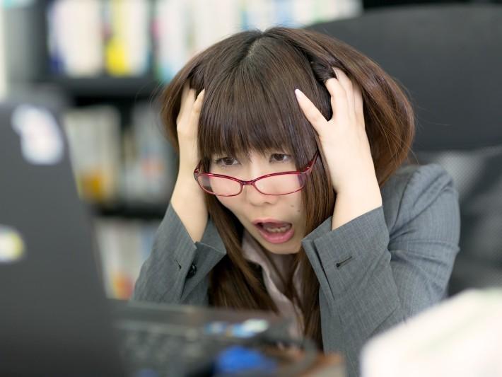▲▼女性,正妹,上班族,辦公室,工作,加班,過勞,崩潰,壓力,眼鏡妹,生氣,憤怒。(圖/免費圖庫pakutaso)