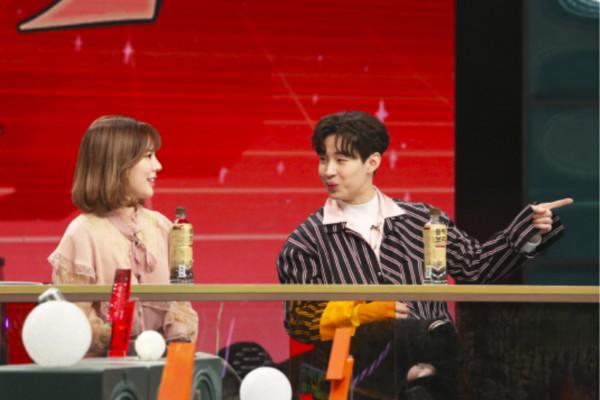 ▲▼Henry在節目上問:「跟妳結婚,可以拿到SM股份嗎?」Sunny聽到傻眼。(圖/翻攝自國JTBC)