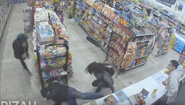 ▲小偷遇到持槍強盜,幫店家處理持槍強盜。(圖/翻攝自Five Points臉書)