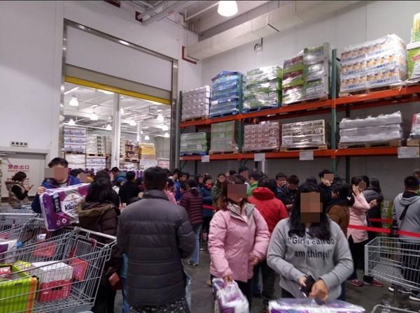 ▲▼好市多分店周末擠滿搶衛生紙民眾。(圖/翻攝Costco好市多 商品經驗老實說)