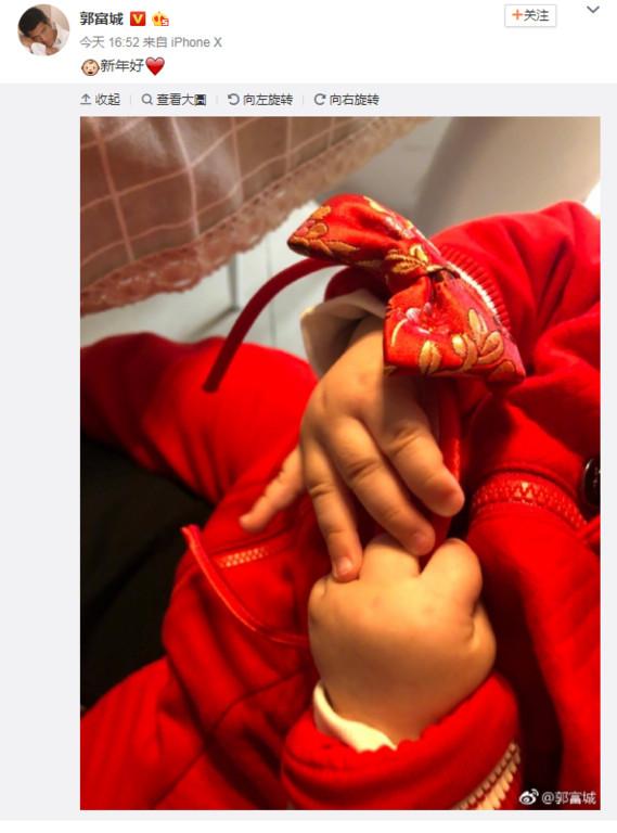 ▲▼ 郭富城曬5個月大女兒! 肉嘟嘟小手握拳拜年。(圖/翻攝自郭富城微博)