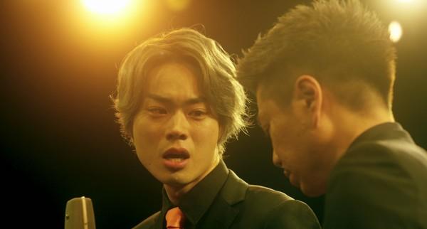 ▲《火花》菅田將暉(左)與川谷修士(右)在電影的最高潮進行一段8分鐘一鏡到底的漫才表演。(圖/安可電影提供)