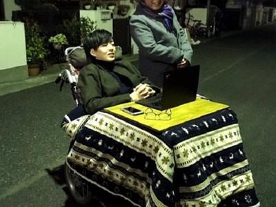 到哪都暖呼呼!「暖桌輪椅」極致耍廢,網友大戰爽vs.歧視身障