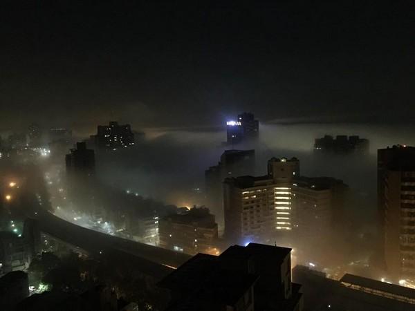 ▲▼「怪物大霧」半夜吞沒大台北!中和警鈴巨響 居民驚慌往外看。(圖/翻攝台北之北投幫臉書)
