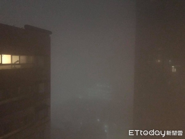 ▲▼「怪物大霧」半夜吞沒大台北!中和警鈴巨響 居民驚慌往外看。(圖/記者陳弘修攝)