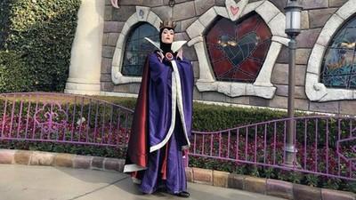 迪士尼巧遇傲嬌壞皇后 網友誇「妳好漂亮」她霸氣回我知道!