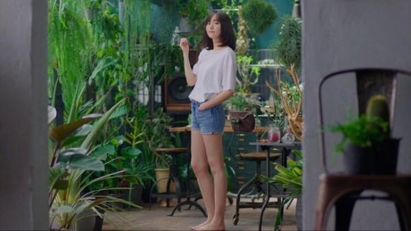 ▲新垣結衣新廣告曝光,難得大露雪白長腿。(圖/翻攝自推特)