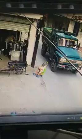 大陸一名媽媽推嬰兒車帶小孩外出,沒想到娃娃車突倒下,她親眼目睹小孩被大貨車輾過頭部,當場情緒崩潰、跪地痛哭。(圖/翻攝「城管追擊」臉書)