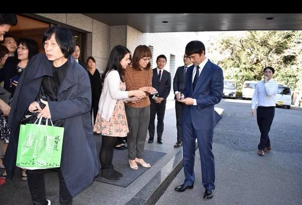 阿部寬現身台北駐日代表處提供捐款。(圖/翻攝自謝長廷臉書)