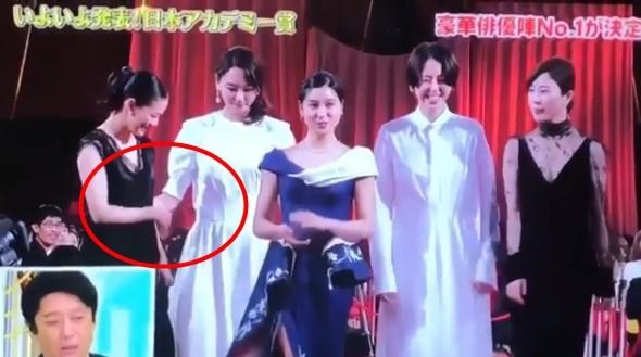 ▲▼新垣結衣出席第41屆日本電影金像獎,走紅毯一個動作暖炸。(圖/翻攝自推特、IG)