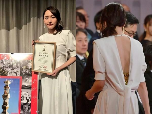 ▲新垣結衣身穿白色禮服,玄機是大露美背。(圖/翻攝自推特、IG)