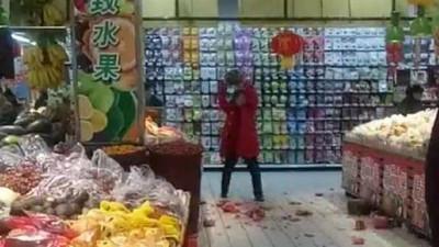 對西瓜報仇!腹瀉女「整晚睡馬桶」怒回超市砸爛數百斤