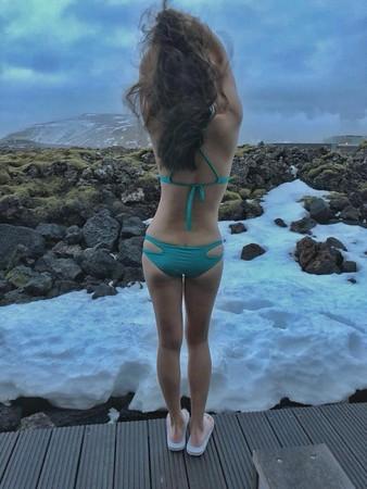 謝忻、小甜甜冰島旅遊穿比基尼。(圖/翻攝自小甜甜、謝忻臉書)