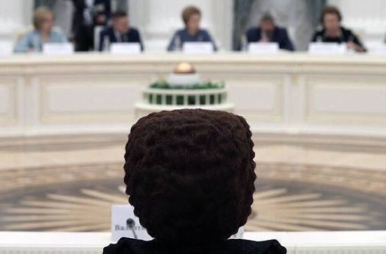 ▲俄羅斯聯邦女議員的髮型引起廣大網友注意。(圖/取自推特/KevinRothrock)