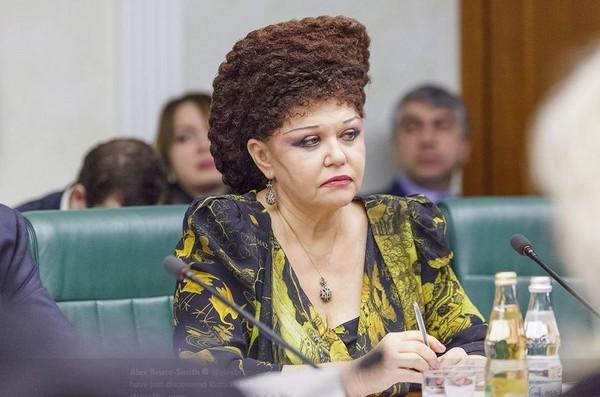 ▲俄羅斯聯邦女議員的髮型引起廣大網友注意。(圖/取自推特/alexbrucesmith)