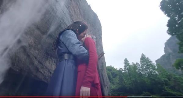 ▲▼張彬彬強吻迪麗熱巴,親完又嫌棄。(圖/翻攝自YouTube)