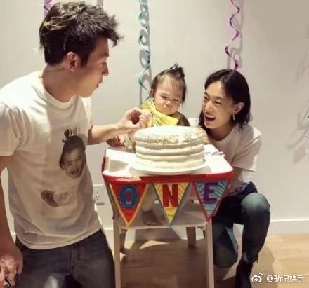 ▲▼陳冠希女兒滿1歲了! 雙膝跪地「捧蛋糕」慶生。(圖/翻攝自新浪娛樂微博)