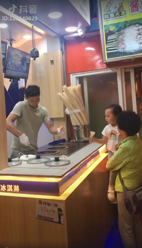土耳其冰淇淋老闆遇到挫折。(圖/翻攝「派克幫百科」臉書)