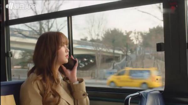▲《廣播羅曼史》宋可琳(金所炫飾演)主動吻上池秀浩(尹斗俊飾演)。(圖/翻攝自KBS)