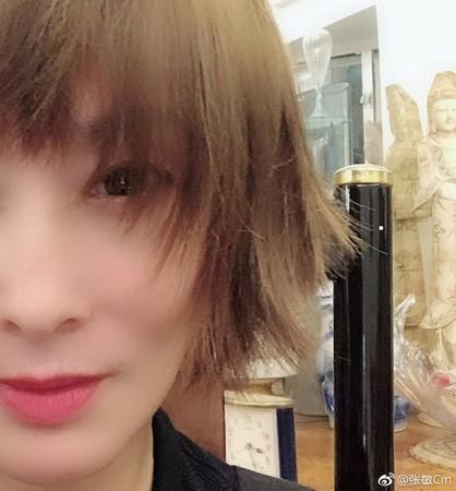 ▲張敏PO出短髮照,讓網友驚艷不已。(圖/翻攝自張敏微博)