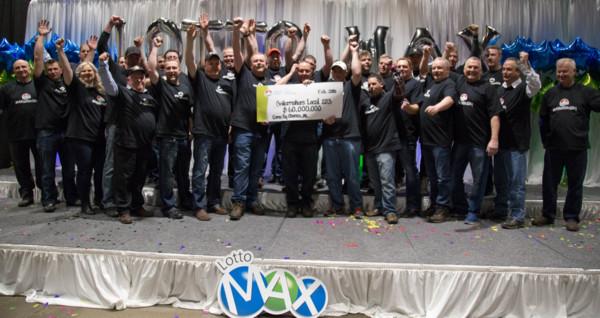 ▲▼ 加拿大一處煉油廠的31名員工集資買樂透中頭獎,彩金高達6000萬元加幣(約新台幣13.7億元)。(圖/翻攝自Twitter/AL_Lottery)